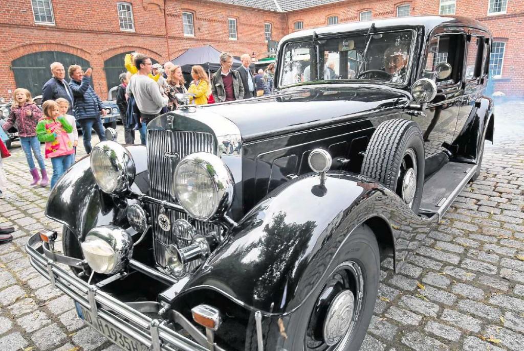 Auf Hochglanz poliert: Ein schwarzer Bentley aus dem Jahre 1928 war einer der Hingucker beim Oldtimer-Treffen des Lions-Club Unna am Samstag auf dem Oberhof Brockhausen. Die historischen Autos zogen viele Blicke auf sich.
