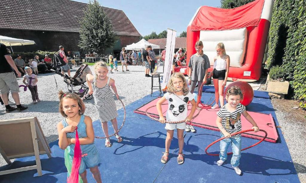Am Stand des Circus Travados auf dem Hof Sümmermann konnten die Kinder beim Familienfest des Lions-Club Unna am Sonntag kleine Kunststücke selbst ausprobieren.